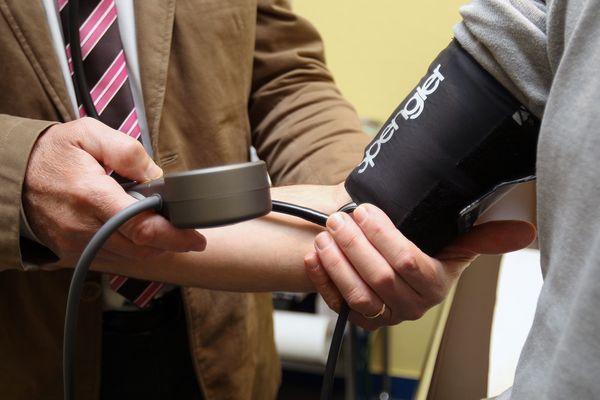 Un médecin généraliste consulte un patient. (image d'illustration).