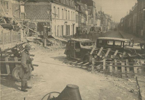Les Allemands contournent une barricade pour faire leur entrée dans Arras ce 24 mai 1940.
