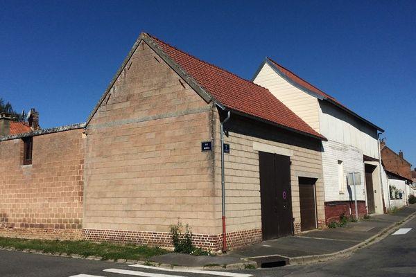 À Oresmaux, le mur de cette habitation témoigne des destructions de cette bataille.