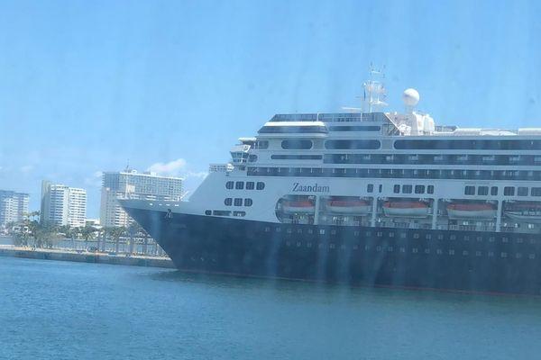 Même s'il a été transféré sur le Rotterdam, Yves voyait le Zaandam, son premier bateau, depuis son hublot.