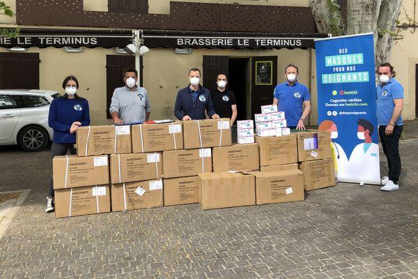 Fabrice Raffo, au centre (en bleu), et son équipe ont distribué samedi plus de 15000 masques