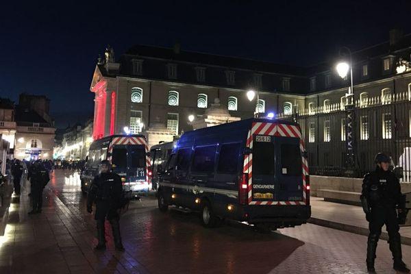 """Les """"gilets jaunes"""" ont quitté la place de la Libération, à Dijon, vers 18h, samedi 24 novembre 2018."""