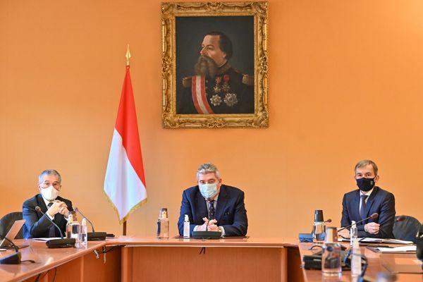 Le Ministre d'Etat Pierre Dartout, entouré du Ministre de l'Intérieur, Patrice Cellario, et du Ministre des Affaires Sociales et de la Santé, Didier Gamerdinger (document remis).