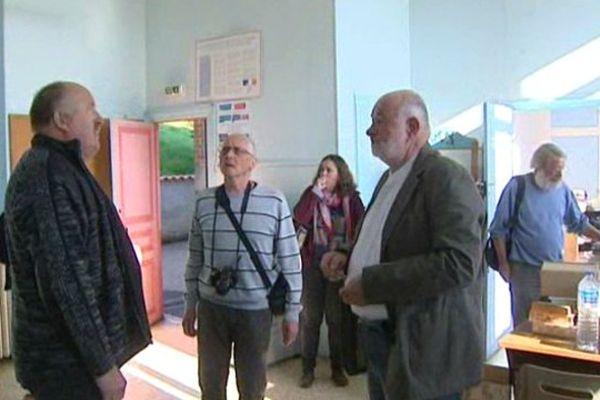Le maire et quelques habitants de Tourzel-Ronzieres visitent l'école du village, qui va être rénovée pour accueillir 2 familles de réfugiés d'ici 1 mois.
