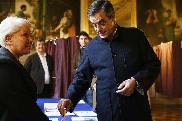 François Fillon ce dimanche dans son bureau de vote parisien.