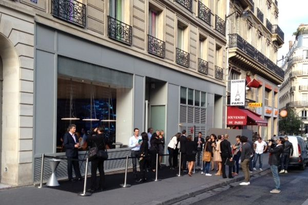 La boutique Parrot se situe rue du 4 septembre, à proximité de la place de l'Opéra, à Paris.