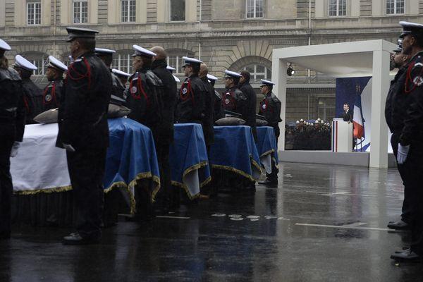Des policiers rendent hommage le 9 octobre à leurs quatre collègues décédés dans l'attentat à la préfecture de police de Paris.