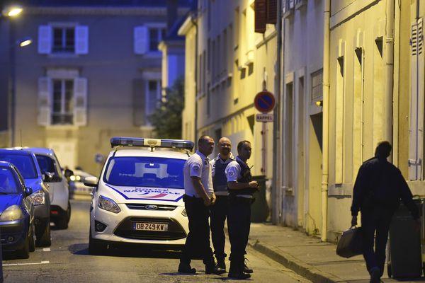 Les forces de l'ordre au pied du domicile de l'ex-juge Jean-Michel Lambert (Le Mans)