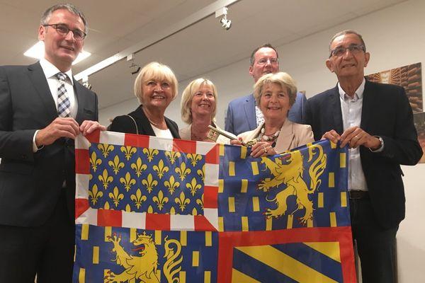 Le président SPD du parlement du Land de Rhénanie-Palatinat Hendrik Hering a donné les clés de la maison à la présidente PS du conseil régional Marie-Guite Dufay, en échange du drapeau de la Bourgogne Franche-Comté.
