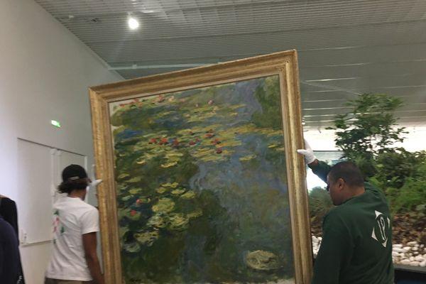 """Accrochage du """"Bassin des Nymphéas"""", de Monet (Centre Pompidou - Metz)"""