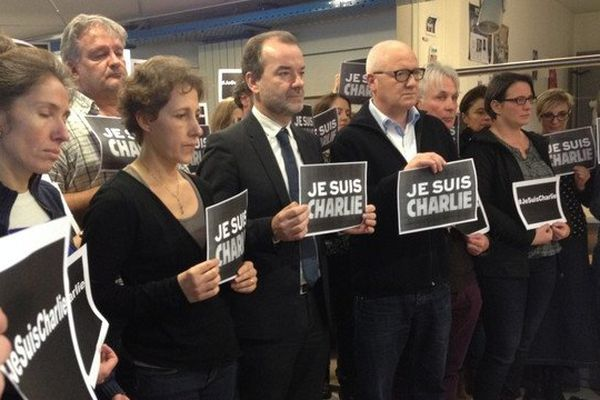 Minute de silence des personnels de France 3 à Nantes en hommage aux victimes de l'attentat contre Charlie Hebdo