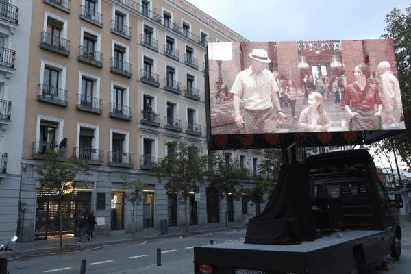 Un film diffusé dans les rues de Madrid, le 14 avril dernier.