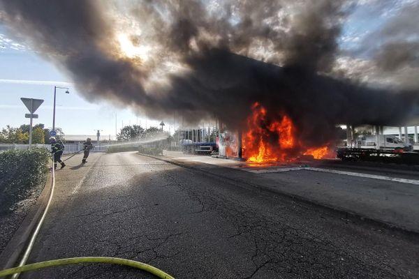 Les flammes ont vite atteint le toit de la station et les véhicules attenants.