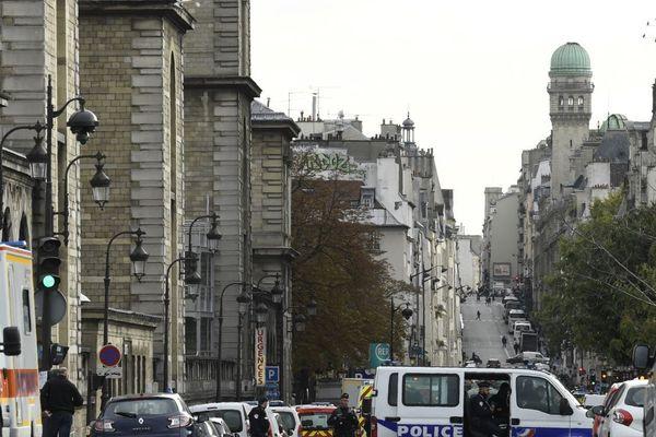 Des policiers postés devant la préfecture de police de Paris, après la tuerie du jeudi 3 octobre.
