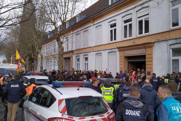 Les douaniers en colère se sont réunis devant la direction régionale des douanes à Dunkerque
