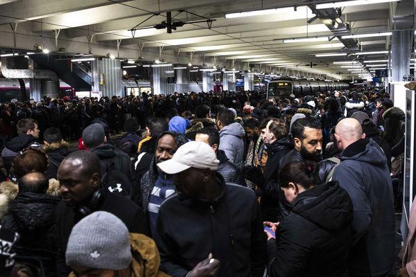Des voyageurs sur un quai de la gare du Nord, lors de la grève du 13 décembre (illustration).