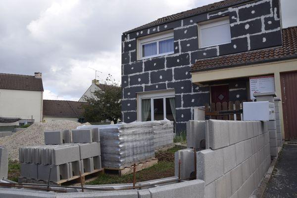 Sans crépis et sans gouttières, les façades de la maison se dégradent petit à petit.