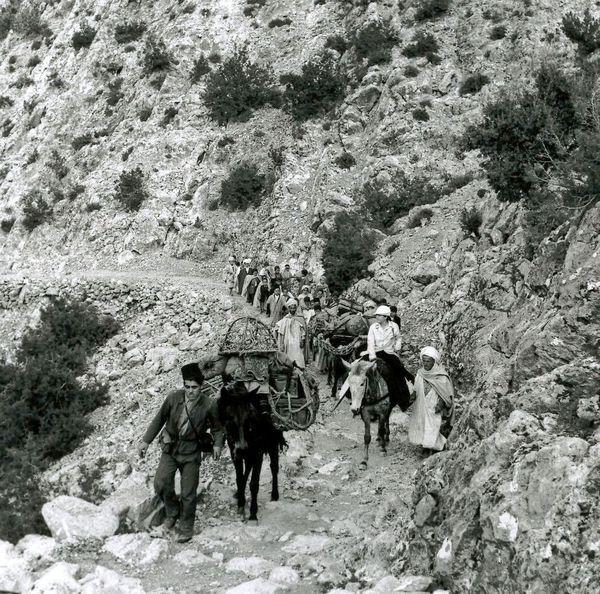 Germaine Tillion en expédition photographique à la lisière du Sahara.