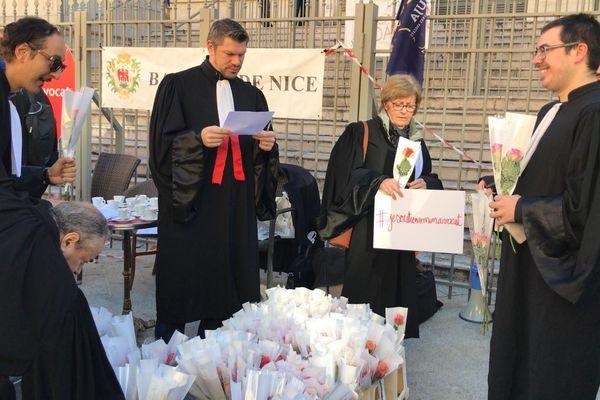 Une soixantaine d'avocats manifestaient ce matin place du palais de justice à Nice