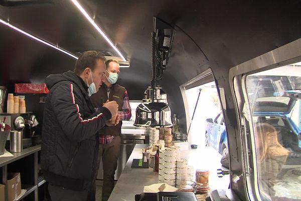Le chef Emmanuel Renaut dans son food-truck à Megève.