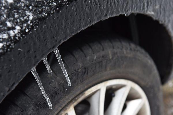 Un décret pourrait entrer en vigueur dès l'hiver prochain pour obliger les automobilistes à s'équiper de dispositifs hivernaux en zone de montagne.