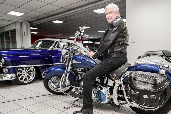 L'heureux propriétaire sur cette Harley Davidson mythique