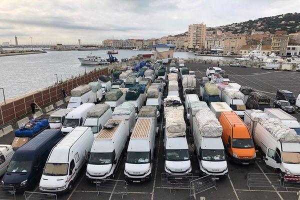 Au moins 80 fourgons sont bloqués depuis plusieurs jours sur le port de Sète ce lundi 19 octobre 2020.