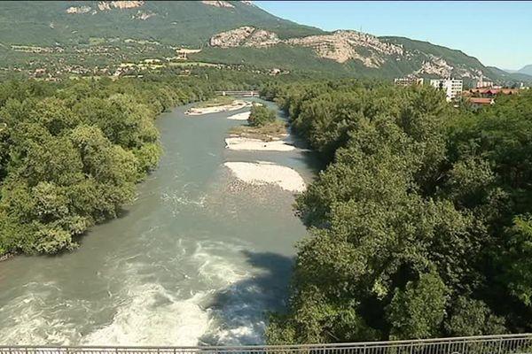 Dans le scénario, la rivière du Drac déborde et plusieurs habitants de la commune doivent être évacués vers un gymnase sécurisé