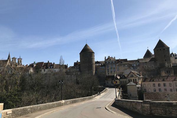 Sur cette photo, le parc Joly se trouve en contrebas sur la gauche du pont. Un nom qui porte également le nom de Joly, une grande famille de notables de Semur-en-Auxois.