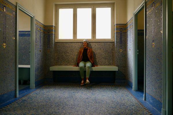Julie dans les Bains Douches Municipaux de Laval