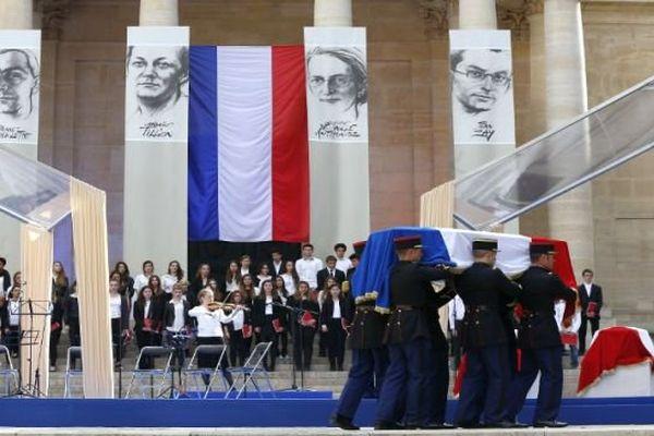 Paris - hommage à la Gardoise Geneviève de Gaulle-Anthonioz (1920-2002) avec l'arrivée de son cercueil au Panthéon - 26 mai 2015.