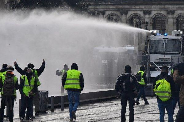 Les canons à eau place Pey Berland à  Bordeaux