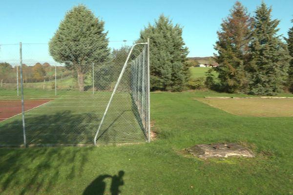 Le champ se trouve à proximité du terrain de tennis du centre de loisirs de Parassy - Charly Krief / France Télévisions