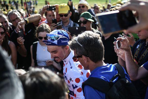 Dans une Grande Boucle où les Français ont du mal à s'imposer, Julian Alaphilippe a été le seul à lever les bras sur la ligne d'arrivée. Et son maillot à pois, qui a participé à la légende de Richard Virenque ou de Laurent Jalabert, lui donne une visibilité toute particulière.