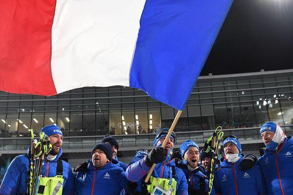 Le drapeau français flotte, après l'épreuve de poursuite du biathlon aux JO de Pyeongchang, le 12 février 2018