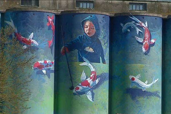 L'artiste Florent Maussion a travaillé pendant trois semaines sur une nacelle pour peindre son oeuvre sur les silos du Batardeau à Auxerre (Yonne).