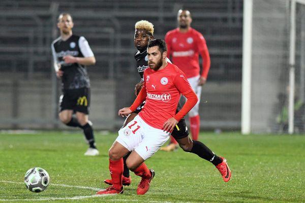 Nîmes olympique n'y arrive plus. Les Crocos n'ont pu faire mieux qu'un match nul aux Costières face à la lanterne rouge, Tours (2-2). Cela fait maintenant cinq matches que les Nîmois ne gagnent pas. Ils conservent tout de même la 2ème place de Ligue 2.