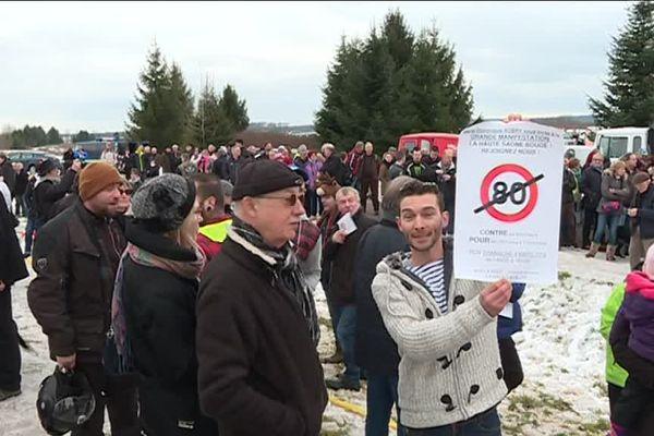 Près de 500 personnes ont répondu à l'appel à manifester, à proximité de la RN 57.