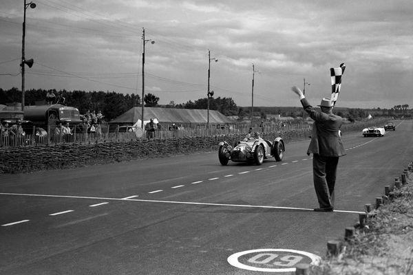 Il y a 69 ans Louis Rosier originaire de Chapdes-Beaufort (Puy de Dôme) réalisait l'exploit. Après 23 heures et 30 minutes passées au volant d'une Talbot le pilote auvergnat de 44 ans remportait les 24 heures du Mans de 1950.