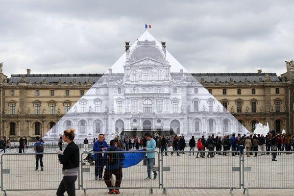 La pyramide du Louvre disparaît sous le collage de JR, le 24 mai 2016.