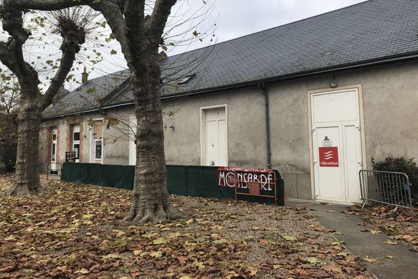 Le théâtre Monsabré est situé dans la cour de l'école d'enseignement catholique Monsabré à Blois.