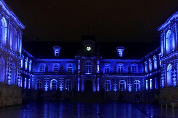 L'hôtel de Ville d'Amiens s'est mis aux couleurs de Michou, enfant de la ville