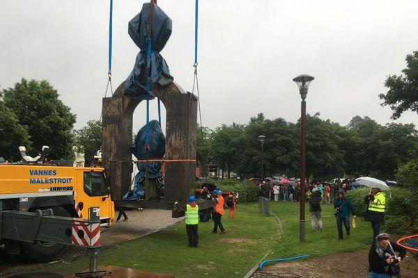 La statue du pape Jean-Paul II à Ploërmel (Morbihan) déplacée après plus de 11 ans de polémique