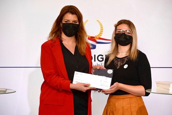 Chloé Forthoffer a reçu son prix des mains de la ministre Marlène Schiappa le 27 mai 2021