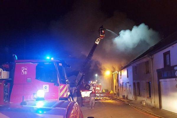 Les pompiers ont dû déployer 5 lances à incendie pour venir à bout de l'incendie.
