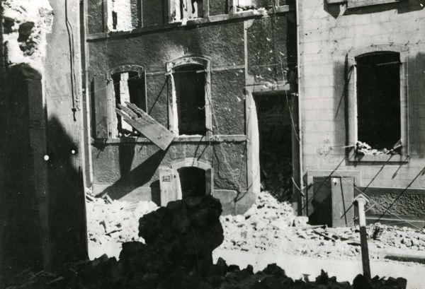 Vue de deux maisons de la Haute-ville bombardée en mai 1940 à Boulogne-sur-mer.