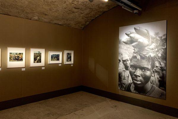 Le photographe Gilles Caron voulait montrer l'imperfection du monde. Ici, au Nigéria en avril 1968, la fabrication de roquettes artisanales.