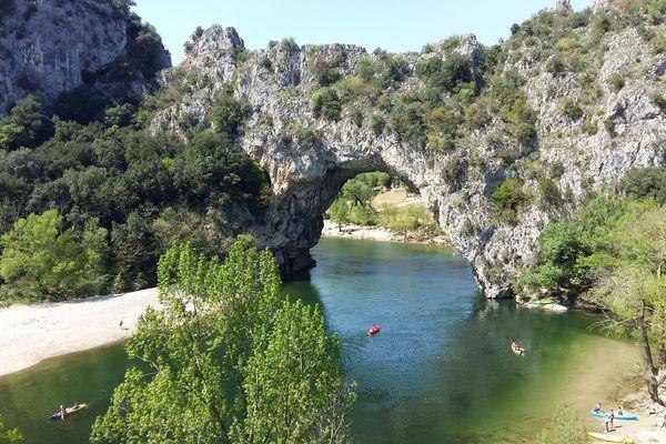 S'installer sur la plage de Pont d'Arc ou encore faire du canoë-kayak dans les Gorges de l'Ardèche restent interdits jusqu'au 29 mai 2020 sur décision du préfet.
