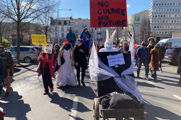 """Une """"marche colorée"""" pour demander la réouverture des lieux de culture à Clermont-Ferrand."""