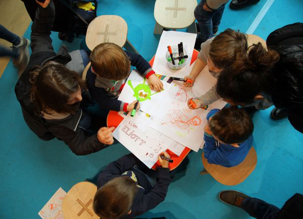 Petits et grands participent à la réalisation de cette fresque murale.